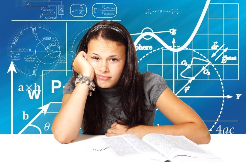 Uczniowie czują się przytłoczeni nadmiarem szkolnych wiadomości