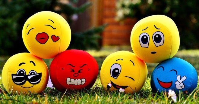 Kolorowe piłeczki przedstawiające różne emocje
