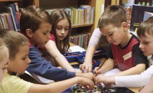 Na zajęciach dzieci wybierają kostki potrzebne do gry